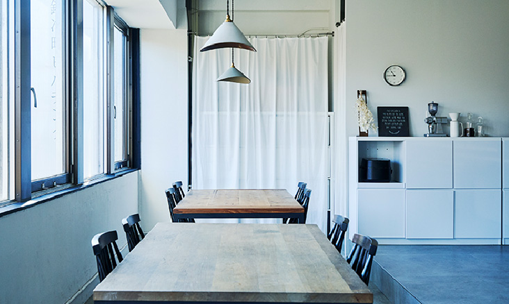 Spacious tables for dining